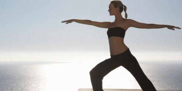 Femme equilibre sur plage 1